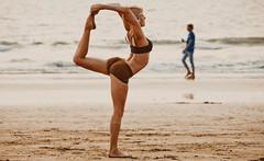 На пляжах в Испании туристам предлагают бесплатную йогу