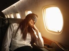 Как правильно спать в самолете