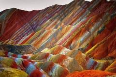 Удивительные разноцветные скалы Чжанъе Данксиа