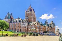 Один из самых известных замков гордо возвышается над небольшим городом Канады