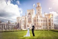 Среди чарующих лесов Чехии, похожий на дивное видение, расположился Замок Глубока-над-Влтавой