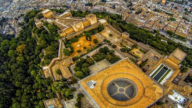 Романтическая смотровая площадка в дворце Альгамбре!