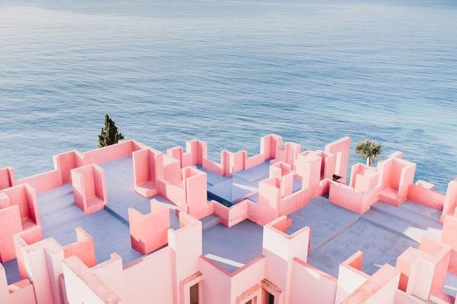 Дом La Muralla Roja в Испании от Ricardo Bofill стал популярным объектом среди модных блогеров и фотографо